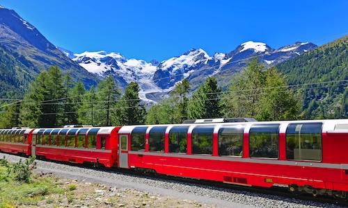 Schweizer Bergbahn Bernina Express überquert Alpen